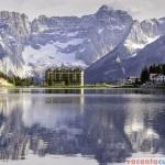 Lago di Misurina si Monte Cristallo, cu ai sai 3.221 metri altitudine
