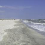 Plaja se intinde cat vezi cu ochii