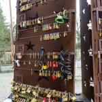 """""""love locks"""" vizitatorii din statele membre isi pot exprima atasamentul fata de ideea de frontiere deschise și spiritul Acordului Schengen prin adaugarea unui lacat personalizat la o sculptura special conceputa"""